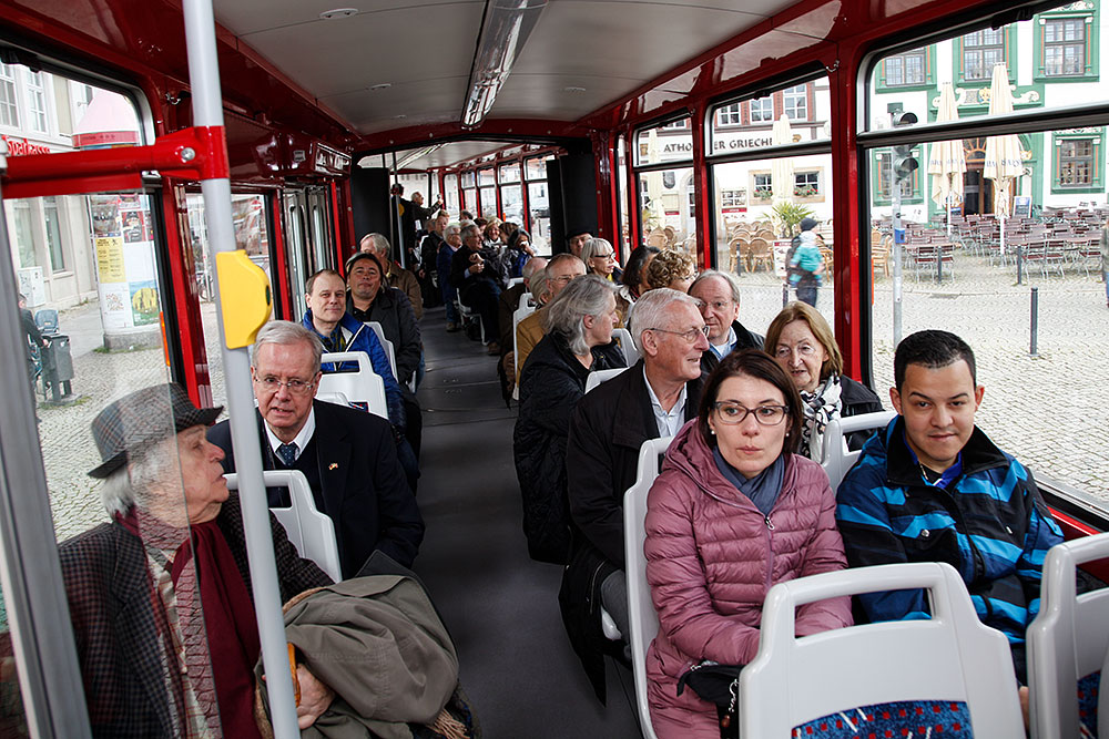 Alle da: Die Stadt-Rundfahrt mit der Straßenbahn kann beginnen · © Andreas Lahn