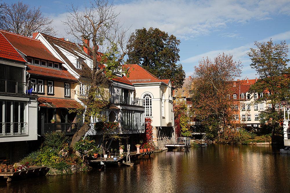 Wunderschönes Erfurt: Stattliche Häuser an der Gera im Herbstkleid · © Andreas Lahn