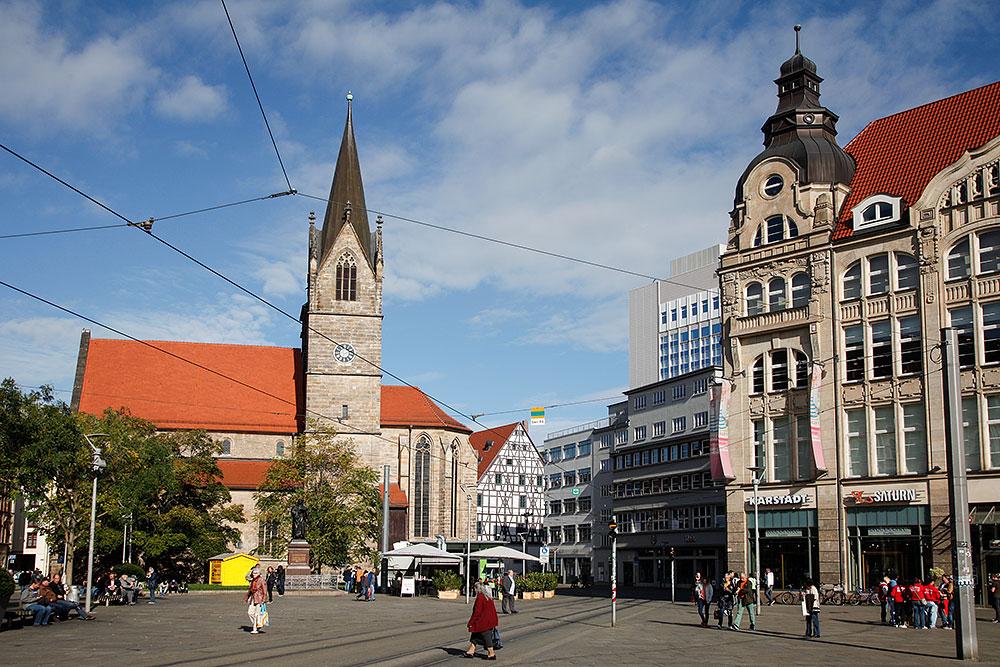 Blick auf die Kaufmannskirche und die Einkaufs-Galerie Anger 1 · © Andreas Lahn
