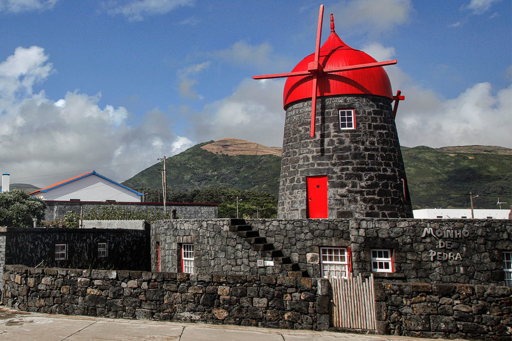Foto einer Windmühle auf der Azoren-Insel Graciosa