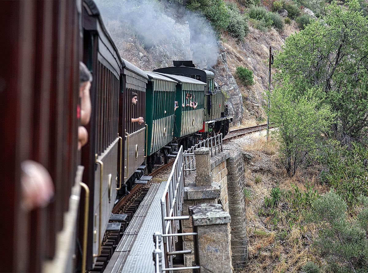 Foto von der Fahrt mit dem Comboio histórico (historischer Zug) am Douro entlang