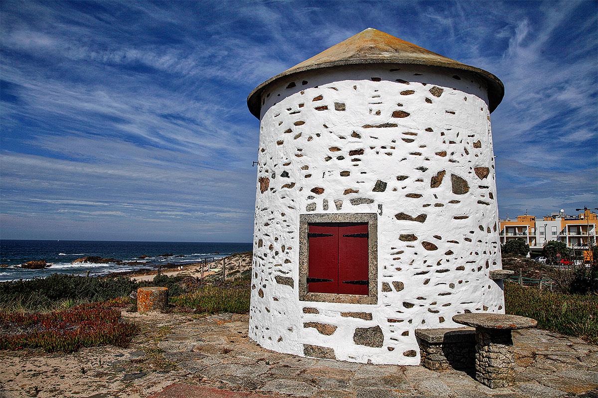 Foto einer alten Windmühle in Apúlia (Portugal)