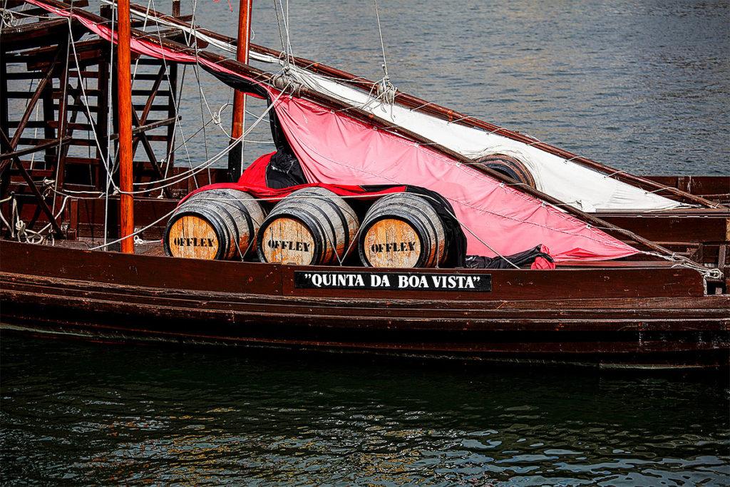 Foto eines Portwein-Schiffes im Hafen von Vila Nova de Gaia