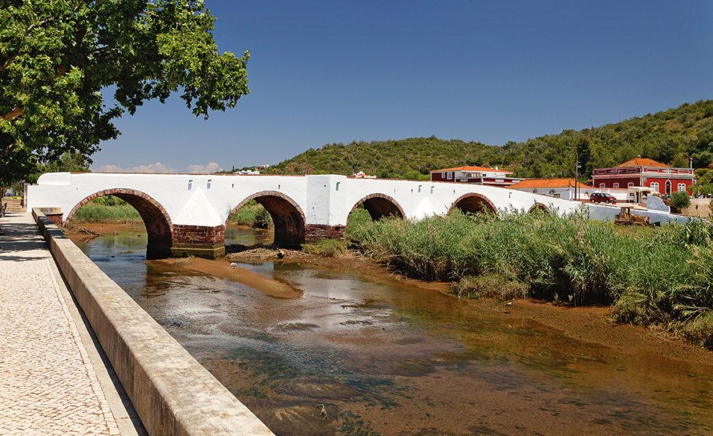 Foto einer alten Brücke bei Silves im Algarve (Portugal)