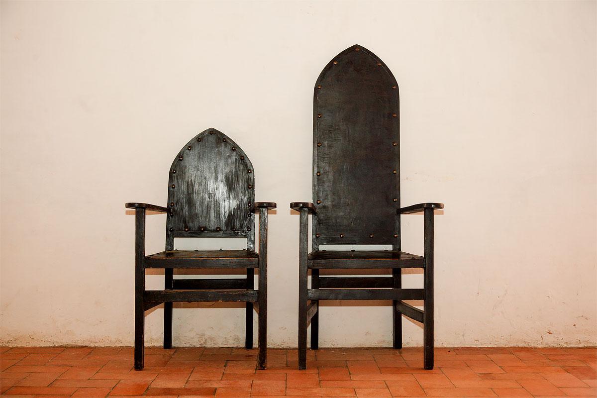 Foto von alten Stühlen im Convento de Cristo in Tomar