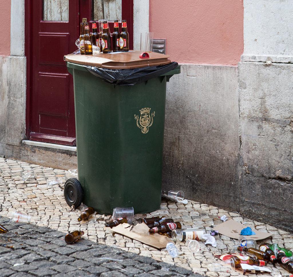 Die Party ist vorbei: Foto des Mülls im Bairro Alto (Lissabon