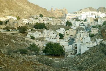 Foto: Blick über die Altstadt von Muscat (Oman) auf die Festungen Mirani und Jalali