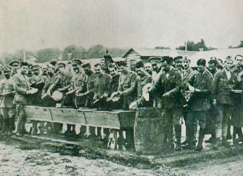 Foto von Kriegsgefangenen beim Abwasch im Lager Breesen