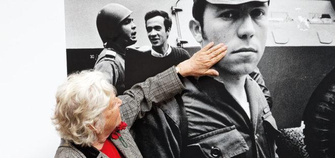 Foto von der Gedenkfeier auf dem Largo do Carmen in Lissabon (2014) zur Erinnerung an die Nelken-Revolution 1974