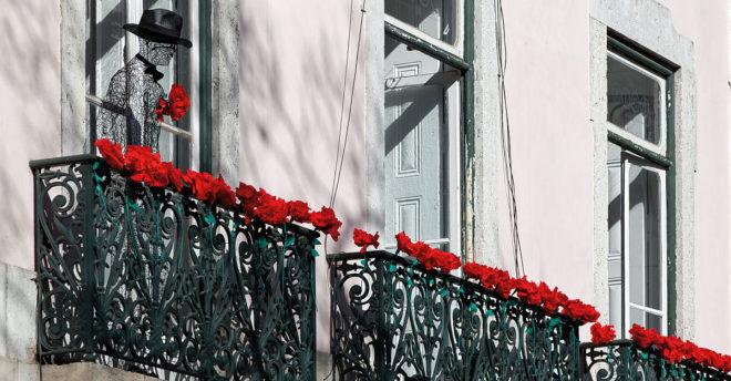 Foto von auf einem Balkon mit Nelken am Largo do Carmen 2014 · © Andreas Lahn
