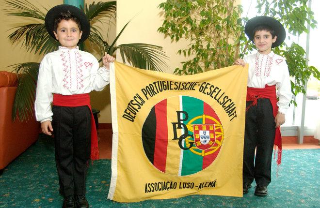 Foto der Jungs aus der Tanzgruppe (2004)