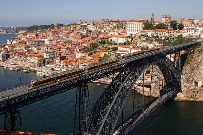 Foto von der Brücke Dom Louis I und der Ribeira in Porto