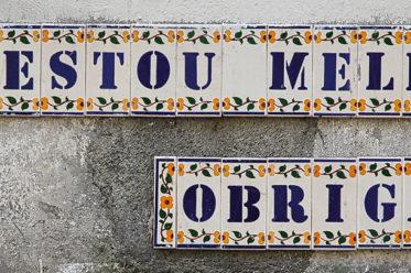 Text an einer Hauswand in Lissabon