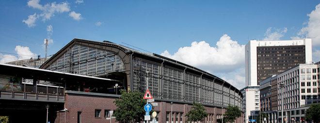 Foto mit Blick auf den Berliner Bahnhof Friedrichstraße und das NH Collection Hotel