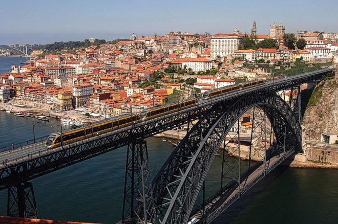 Foto In Porto: Blick über die Ponte Luis I auf die Ribeira