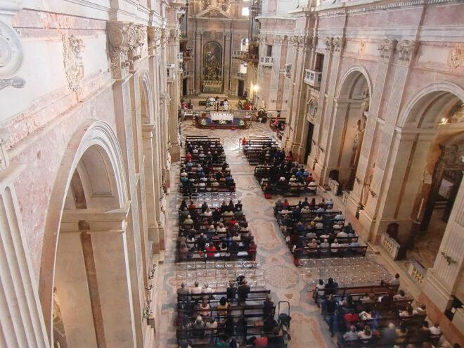 Blick in die Basilika von Mafra