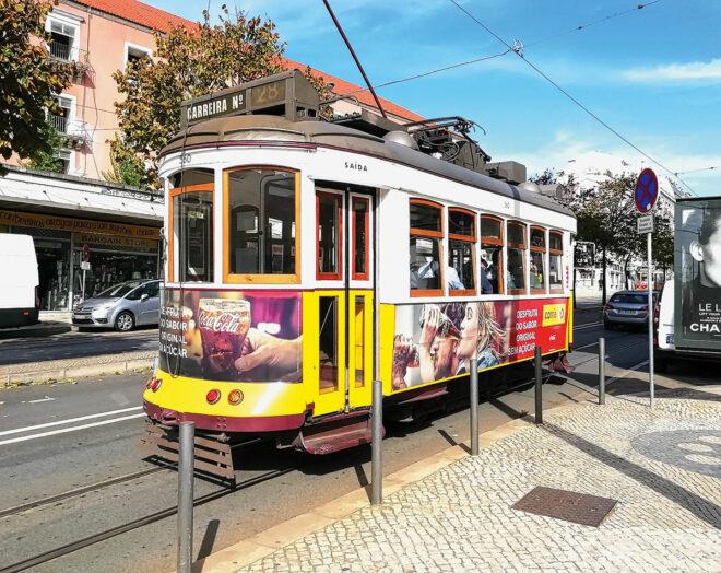 Foto einer leeren Elétrico 28 in Lissabon zu Corona-Zeiten
