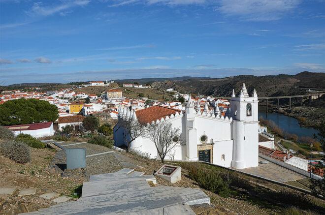 Foto von Mértola: Blick auf die Stadt, die Mesquita und den Rio Guadiana