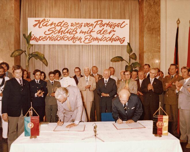 Foto von der Unterzeichnung der ersten Kooperationsvereinbarung zwischen der Associação Portugal-RDA und dem Komitee DDR-Portugal