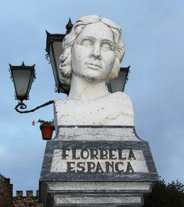 Foto des Monuments für Florbela Espanca in Vila Viçosa · © Wikimedia Commons, GC.KER CACHE TEAM
