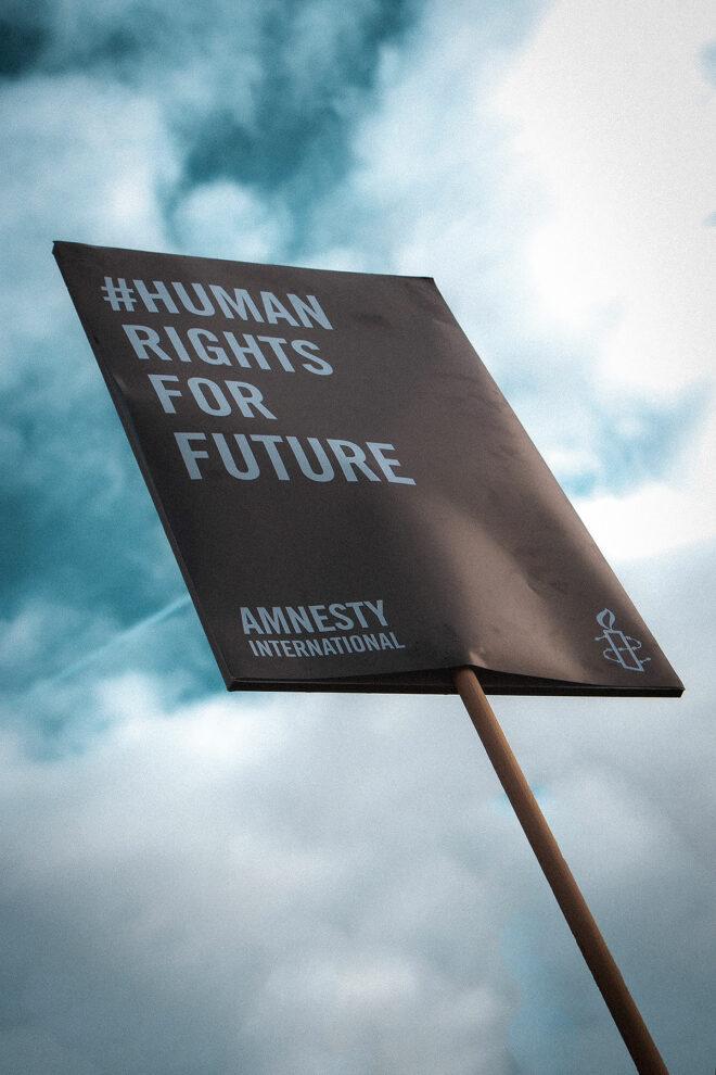 Foto eines Plakates von Amnesty International